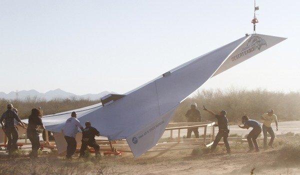 Pesawat kertas raksasa