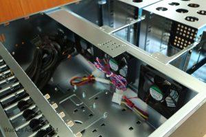 Bagian tengah, terdapat sensor pembukaan casing dan kipas mainboard
