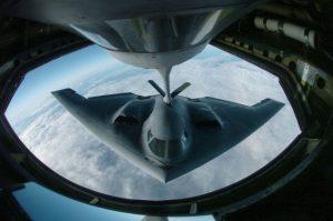 Pesawat pembom B-2 sedang mengisi bahan bakar di udara