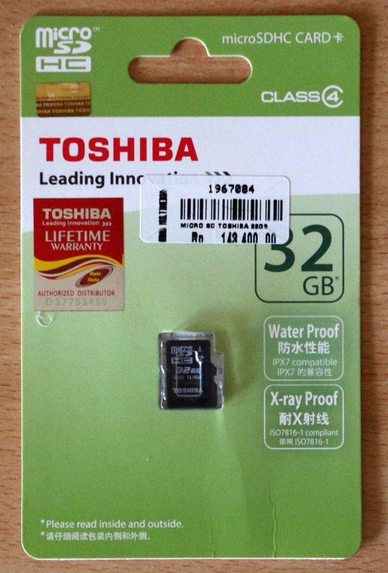 Penampakan depan wadah MicroSD 32GB dari Toshiba